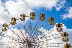 Колесо Ferris против неба Привлекательность в парке города стоковые изображения rf