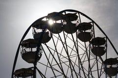 Колесо Ferris против солнца стоковые фото