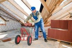 колесо roofer строителя кургана стоковое изображение