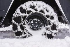 Колесо Snowy прикованное плужка снега стоковые изображения