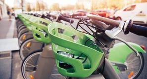 Количество велосипедов на парковать в аренду оплатой туристов безконтактной стоковое фото rf