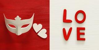 Коллаж предпосылки дня валентинок Белые маска и красная роза Взгляд сверху стоковое изображение rf