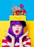 Коллаж удивленных женщины и хозяйственной сумки Стоковое Изображение