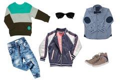 Коллаж установил одежд детей Джинсы или брюки джинсовой ткани, ботинки пары, куртка дождя, рубашка и свитер для мальчика ребенка  стоковые фото