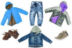 Коллаж установил одежд детей Джинсы или брюки джинсовой ткани, куртка джинсов, 2 ботинка пар, и 2 куртки дождя для изолированного стоковые фотографии rf