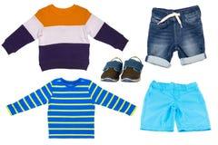 Коллаж установил одежд детей Короткие брюки, короткие джинсы, ботинки, рубашка и свитер для мальчика ребенка изолированного на бе стоковые изображения