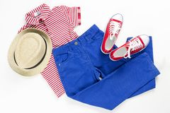 Коллаж установил одежд детей Носка голубого и красного цвета на белой весне концепции и одеждах лета : стоковое фото rf