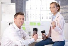 Коллегаы во время перерыва на чашку кофе в офисе Стоковые Фотографии RF