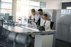 Коллега 3 в офисе используя людей компьютерного бизнеса в offi стоковое изображение rf