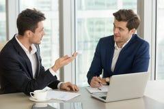 Коллега молодого бизнесмена убедительный опытный Стоковые Изображения