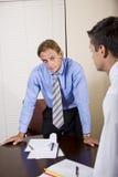 коллега смотря работника офиса скептичного стоковая фотография rf