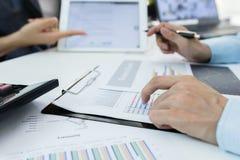 2 коллеги бизнесмена уверенно исполнительных встречая и обсуждая или отчеты о плана финансовые на офисе Бизнес-план или идея Стоковая Фотография RF