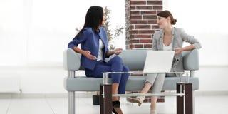 Коллеги встречая вокруг таблицы в офисе Стоковые Изображения RF