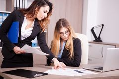 2 коллеги в офисе говоря пока один показывает другой t Стоковая Фотография