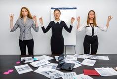 Коллеги в офисе размышляют во время пролома Стоковое фото RF