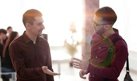 2 коллеги говоря в офисе Стоковое Изображение RF