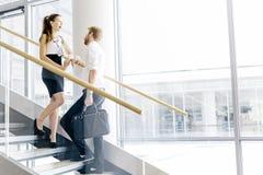 Коллеги дела говоря на лестницах Стоковые Изображения