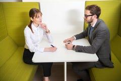 Коллеги дела имея встречу на таблице с ручками Стоковые Изображения