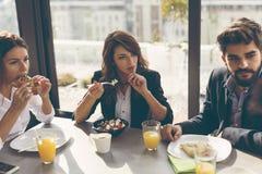 Коллеги дела имея завтрак Стоковое Фото