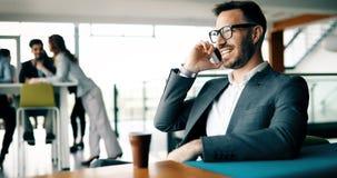 Коллеги дела имея переговор во время перерыва на чашку кофе стоковые фото