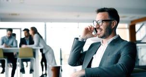 Коллеги дела имея переговор во время перерыва на чашку кофе стоковое фото rf