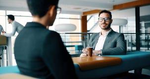 Коллеги дела имея переговор во время перерыва на чашку кофе Стоковое Изображение RF