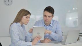 Коллеги дела используя планшет в офисе, бизнес-плане