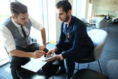 2 коллеги дела на встрече в современном интерьере офиса Стоковые Изображения RF