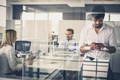 Коллеги дела на офисе Фокус на бизнесменах используя его sm стоковое изображение rf