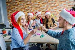 Коллеги дела на рождественской вечеринке офиса владение домашнего ключа принципиальной схемы дела золотистое достигая небо к Стоковое Изображение RF