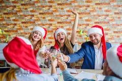 Коллеги дела на рождественской вечеринке офиса принципиальная схема busines подсчитывая деньги рук Стоковые Фотографии RF
