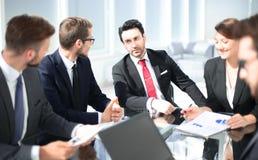 Коллеги дела обсуждая новый бизнес-план стоковое изображение rf