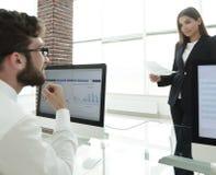 Коллеги дела работая с финансовыми документами Стоковое Изображение RF