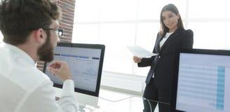Коллеги дела работая с финансовыми документами Стоковые Фото