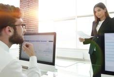 Коллеги дела работая с финансовыми документами Стоковое фото RF