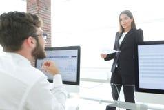 Коллеги дела работая с финансовыми документами Стоковые Изображения