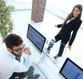 Коллеги дела работая с финансовыми документами Стоковые Фотографии RF