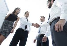 Коллеги дела рукопожатия после обсуждать новое представление Стоковое фото RF