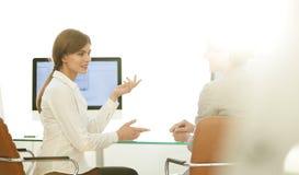 Коллеги дела сидят на вашем столе Концепция дела Стоковые Фото