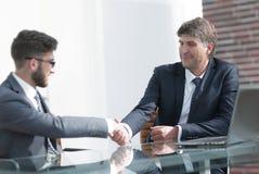 2 коллеги дела тряся руки во время встречи Стоковое Изображение RF