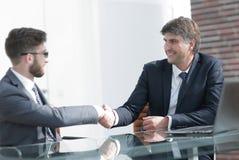 2 коллеги дела тряся руки во время встречи Стоковое Изображение