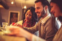 Коллеги дерева молодые работая совместно на кафе на компьтер-книжке Стоковые Фотографии RF