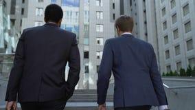 Коллеги идя совместно, обсуждающ бизнес-план, сотрудничество для успеха акции видеоматериалы