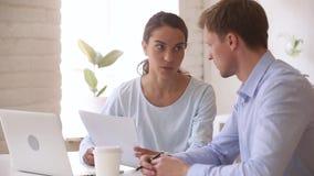 Коллеги или клиент и менеджер имея обсуждение обсуждая о контракте сток-видео