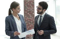 Коллеги обсуждая деловые документы Стоковое фото RF