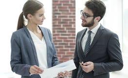 Коллеги обсуждая деловые документы Стоковые Изображения RF