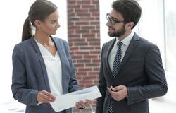 Коллеги обсуждая деловые документы Стоковое Изображение RF