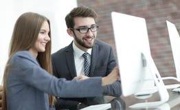 Коллеги обсуждая информацию на компьютере Стоковая Фотография