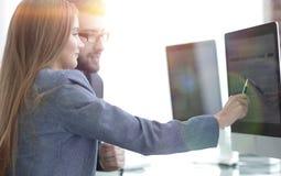 Коллеги обсуждая информацию на компьютере Стоковые Изображения RF