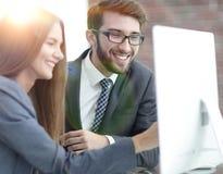 Коллеги обсуждая информацию на компьютере Стоковые Фото